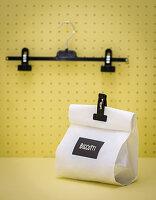 Clips von Hosenkleiderbügeln umfunktioniert als Verschluß für Verpackungen