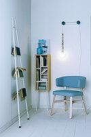 Leseecke mit Regal und Wandleiter als Buchablage sowie selbstgebastelter Leselampe
