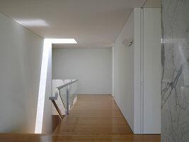 Flur und Treppenabgang in minimalistischem modernen Architektenhaus