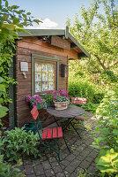 Kleiner Sitzplatz auf Terrasse am Gartenhaus