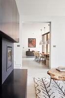 Blick vom Wohnzimmer mit Kamin ins Esszimmer mit Schalenstühlen