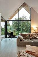 Modernes Wohnzimmer mit offenem Dach mit verglastem Giebel