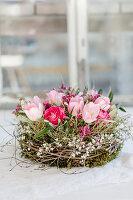 Frühlingskranz mit Tulpen, Ranunkeln, Waxflower und Ginster