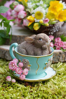 Osterhase in dekorativer Tasse