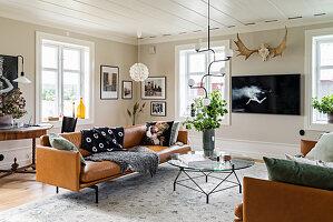 Cognacfarbene Ledersofas im klassischen Wohnzimmer