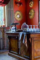Innenraum mit Kücheninsel aus Holz im Schloss la Verrerie, Frankreich