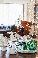 Teekanne auf Porzellanplatte daneben weihnachtliches Gebäck