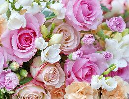 Blütenmix aus Rosen, Nelken und Freesien