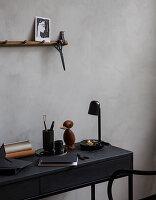 Schwarzer Schreibtisch mit maskuliner Vintage-Deko