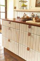 Schubladen mit Lederlaschen in der rustikalen Einbauküche