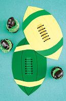 Cupcakes und Papierdekoration für die Rugby-Party
