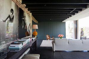 Foto-Kunst an der Wand im Wohnzimmer mit Schrankwand