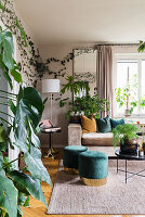 Glamouröses Wohnzimmer voller Zimmerpflanzen