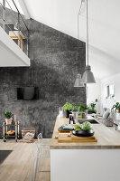 Offene Küche im modernen Wohnraum mit Galerie