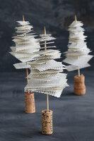 Mini-Tannenbäumchen aus recycelten Buchseiten mit Korken