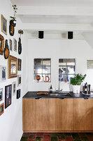 Bildersammlung an weißer Wand, Blick auf Küchenzeile