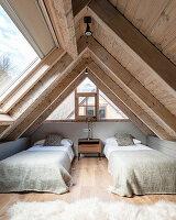 Zweibettzimmer mit Holzverkleidung und großem Fenster