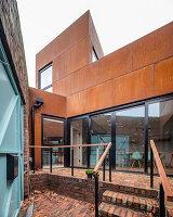 Modernes Architektenhaus mit rostiger Fassade und Glasfront