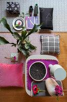 Moodboard mit gemusterten Deko-Accessoires in Grau und Pink