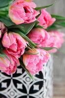 Strauß aus gefüllten, pinkfarbenen Tulpen