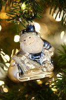 Weihnachtsmannfigur als Christbaumschmuck am Zweig