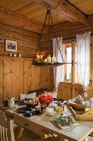 Winterlich gedeckter Tisch im bäuerlichen Esszimmer