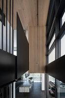 Modernes Architektenhaus mit schwarzem grafischen Design
