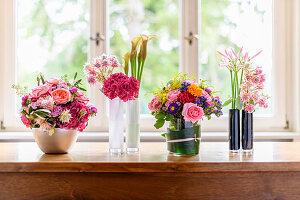 Verschiedene Blumengestecke als Tischdeko
