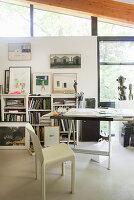 Stuhl und Schreibtisch im Atelier mit Fensterfront im Künstlerhaus