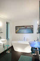 Beleuchtete Badewanne und Waschbecken im modernen Bad