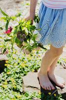 Mädchen hält Blumenstrauß in der Hand