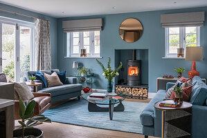 Klassisches Wohnzimmer in Blau mit Kaminofen in der Wandnische