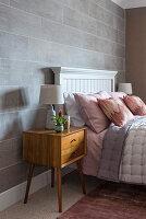 Nachtkästchen im Retrostil im femininen Schlafzimmer in Pastell