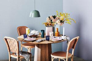 Gedeckter Tisch Vasen und Blumen