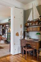 Antiker Schreibtisch, darüber Regal mit Modellsegelboot in Zimmerecke
