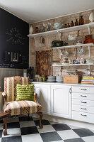 Sessel in Küchenecke mit Schachbrettfliesen