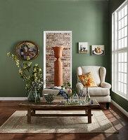 Klassisches Wohnzimmer mit grüner Wand und Sprossenfenster