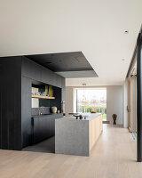 Moderne Küche in Schwarz und Grau im offenen Wohnraum