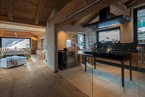 Maßgefertigte Küche hinter Glaswand mit Türen
