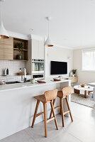 Moderner Wohnraum in Weiß und Beige mit offener Küche