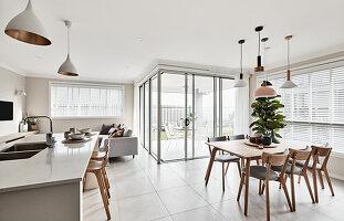 Moderner multifunktionaler Wohnraum mit Gartenzugang