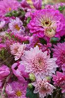 Nahaufnahme von Herbststrauß mit Chrysanthemen und Zinnien