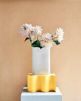 Dahlien in weißer Vase