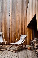 Liegestühle auf Holzterrassse