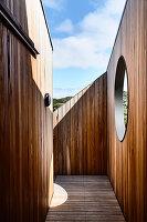 Mit Holzwand geschützter Innenhof