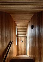 Treppenabsatz mit Holzverkleidung