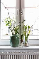 Sträuße mit weißen Frühlingsblüten: Tulpe, Anemone, Kätzchenweide, Waxflower, Hyazinthen, Milchstern und Kirschzweig