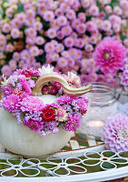 Weißer Kürbis mit Blütenkränzchen