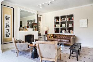 Sitzbereich mit brauner Ledercouch und Sesseln im Wohnzimmer