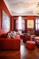 Wohnzimmer im Rot mit vielen Kissen